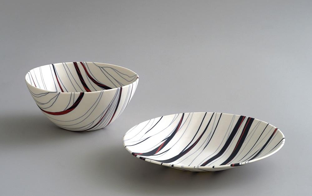 Angela Burkhardt-Guallini, Zwei Schalen, 2017, Seto-Porzellan, Neriage-Technik, 12 x 25 x 25 cm/ 6 x 33 x 33 cm