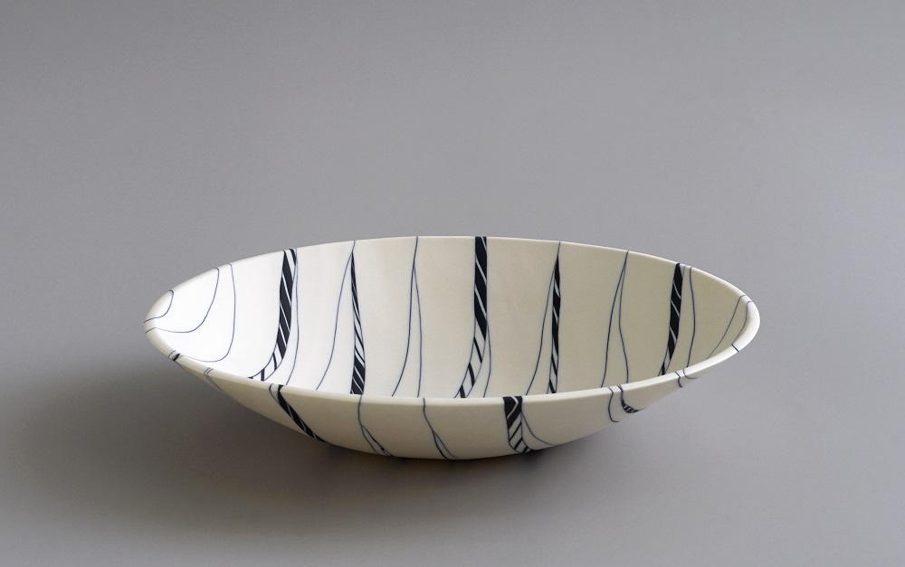 Angela Burkhardt-Guallini, Schale, 2017, Seto-Porzellan, Neriage-Technik, 7 x 36 x 36 cm