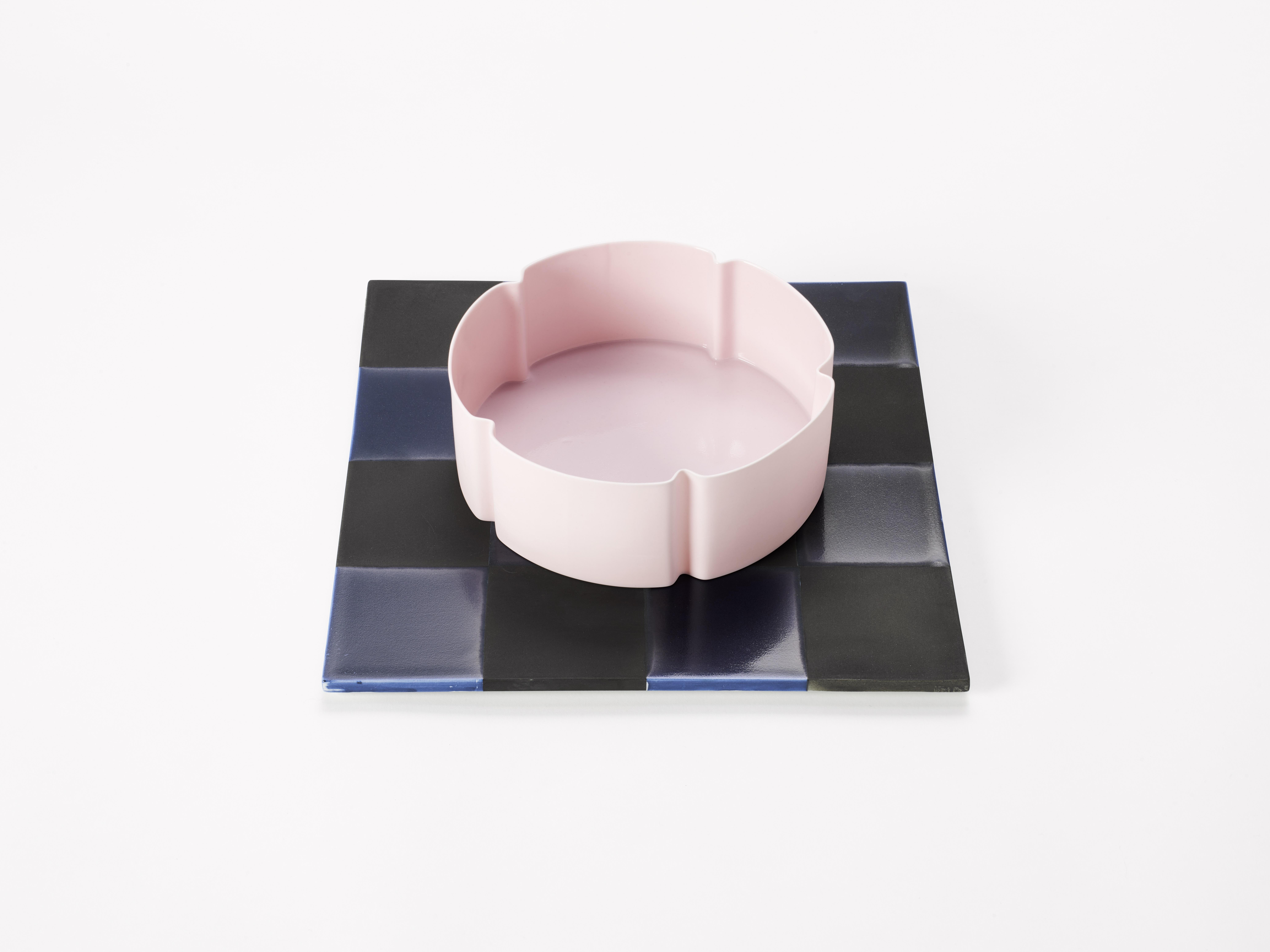 5. Margareta Daepp: Pinkfarbene Blüte auf Quadrat, 2016
